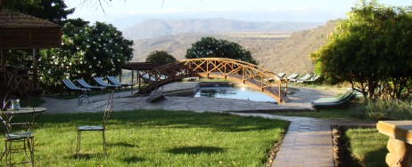 Swimmingpool i trädgården på Lake Manyara Wildlife Lodge.